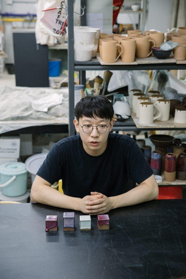 큐브 시리즈를 설명하는 이정빈 도예가